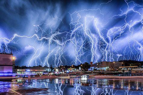 Alejandra Guzmán Defiende A Frida Sofía Y Habla De Sus Desnudos - A lightning storm synchronised with dramatic music