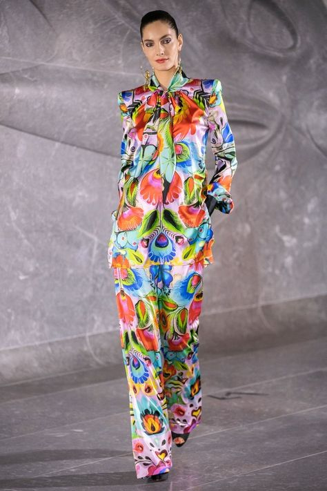 Naeem Khan Spring 2020 Ready-to-Wear collection, runway looks, beauty, models, and reviews.