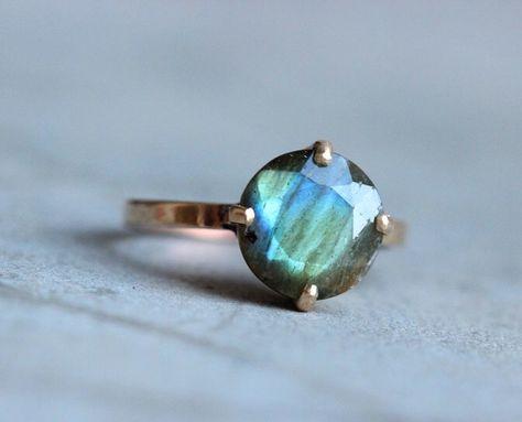If the stone were smaller, this ring would be perfect. Bague en or doré or de-bague Labradorite bague par