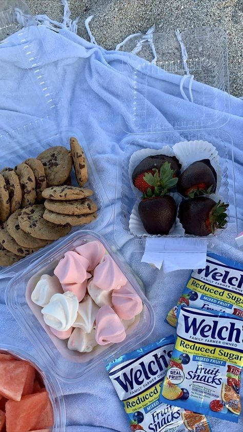 Cute Food, Good Food, Yummy Food, Comida Disney, Picnic Date, Mixed Fruit, Fruit Snacks, Aesthetic Food, Aesthetic Outfit