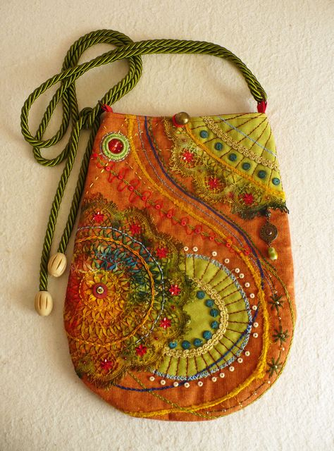 "A Stitch In Time : Photo fransien de vries – ""siertriedsje"" on Face… – Purses And Handbags Boho Handmade Handbags, Handmade Bags, Beaded Embroidery, Hand Embroidery, Machine Embroidery, Embroidery Ideas, Bag Quilt, Felt Purse, Felt Bags"