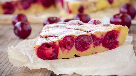 Halb Kuchen, halb Pfannkuchen - so kann man den französischen Klassiker Clafoutis am ehesten beschreiben. So bereiten Sie das Backwerk zu Hause zu.
