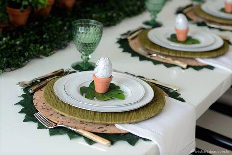 mesa posta para páscoa verde e branca com estilo rústico.