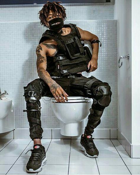 Sentado en la taza del váter 🚽... Qué original :v