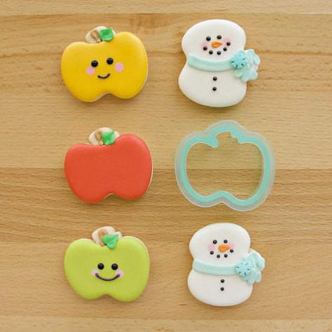 """SSB Inspiration Page on Instagram: """"One cutter, double cuteness! The @sweetsugarbelle mini-apple also makes the cutest mini-snowman! 🍎⛄️"""" Owl Cookies, Mini Cookies, Iced Cookies, Cupcake Cookies, Sugar Cookies, Cupcakes, Sugar Cookie Royal Icing, Cookie Icing, Cookie Cutters"""