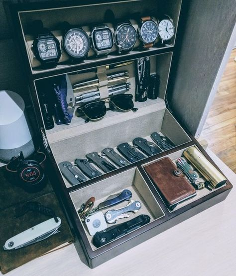 """I dig this version. Ive been asked a few times, what do you store your """"EDC"""" gear in. Here ya go! Edc Gadgets, Edc Tactical, Men Closet, Vide Poche, Edc Everyday Carry, Idee Diy, Edc Tools, Edc Gear, Folding Knives"""