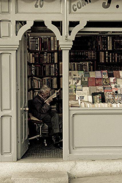 Esta es una librería en Madrid, España. Se venden libros aquí. Es pequeña pero tiene muchos libros.