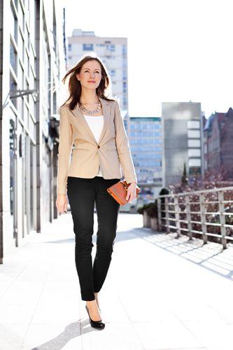 Businesslook beiger Blazer, weißes Shirt, schwarze Anzughose, Clutch // beige blazer, black dress pants, white shirt, clutch