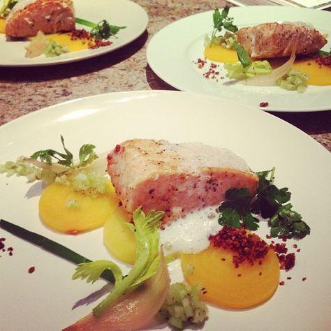 Saumon sous vide à 45 degrés, bettaraves, pétales d'oignon, crumble de beurre. | Flickr: partage de photos!