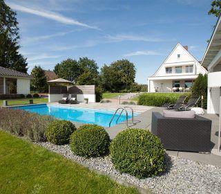 Swimmingpool Im Gepflegten Rasen Gartengestaltung Teichpflege Gartenbau