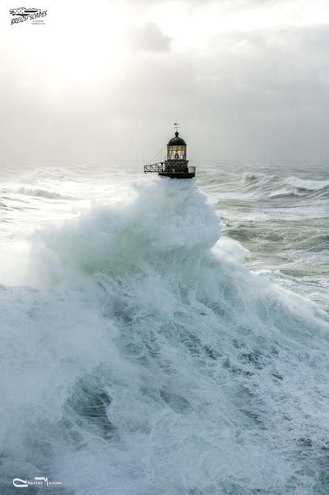 Tempete à Ar Men Situé à l'extrémité Ouest de la chaussée de Sein, le phare d'Ar-Men culmine à plus de 33 mètres au dessus de la mer. Construit en 14 ans, il résiste depuis plus de 130 ans aux assauts répétés de la mer d'Iroise. Depuis déjà de nombreuses années, Ar-Men n'est plus habité et se retrouve seul face aux coups de butoirs de vagues monstrueuses