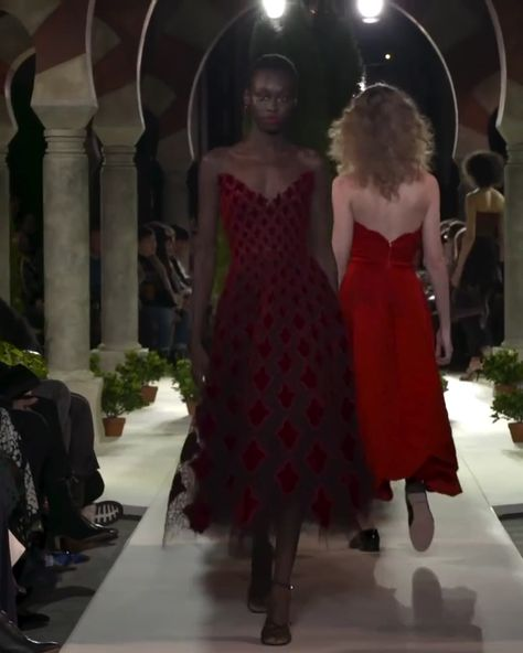 Arabesque Velvet and Tulle Strapless Cocktail Tea Length Dress. Fall 2019 Ready to Wear Collection. Runway Show by Oscar de la Renta