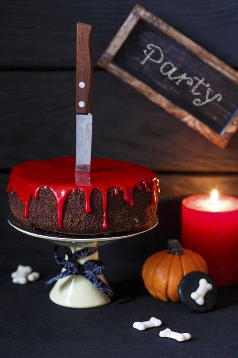 Super easy: the bloody Halloween cake with red glaze Supereinfach: Der blutige Halloween-Kuchen mit roter Glasur Blutender Halloween-Kuchen Vera Halloween Desserts, Halloween Cupcakes, Comida De Halloween Ideas, Halloween Torte, Pasteles Halloween, Soirée Halloween, Halloween Costumes To Make, Hallowen Food, Halloween Cocktails