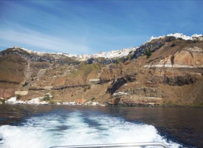The complete 2017 guide: Ferries and flights to Santorini.