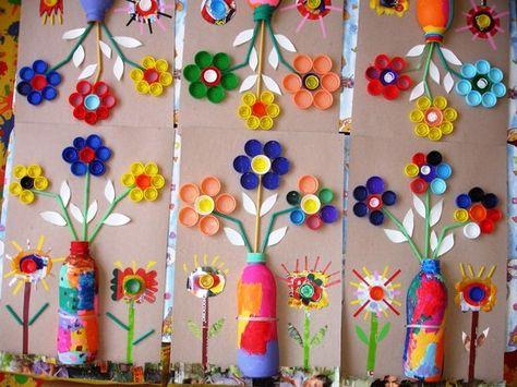 Impresionante propuesta la que os traigo hoy. Mirad que precioso mural se ha hecho con botellas recicladas y pintadas de colores, con tapone...