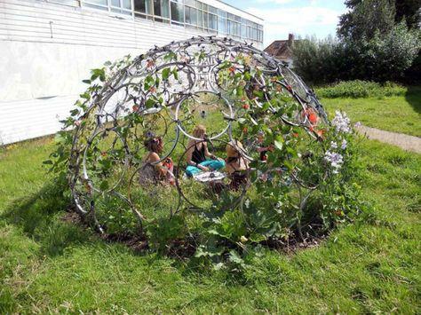 7c3a869b0a934 idee-deco-jardin-a-faire-soi-meme -utiliser-les-roues-de-vélo-usées-pour-créer-un-tipi-pour-le-jardin