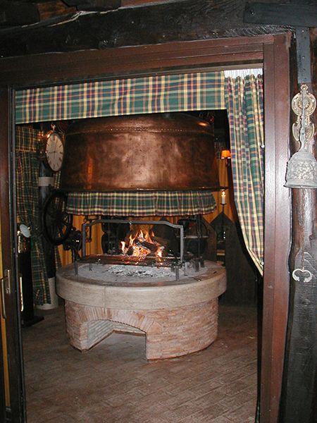 caminetto tradizionale su misura rustico centrale con cappa ...