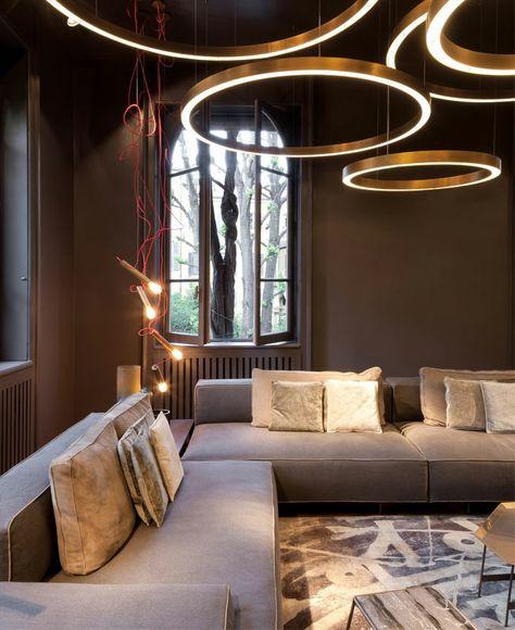 Grandes Suspensions Dorées, Salon Moderne Deco Avec Sofas Moelleux Et  Modulables