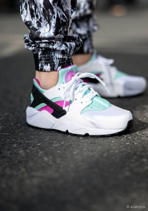 Nike Huarache sont trop belle elle ont plein de couleur différente et elle se porte avec tout elle existe à lasser qui les rend encore plus belle elle ont des grosse semelle qui leur vont bien en gros tout est parfait chez ces chaussure enfin bien sûr ce n'est pas le même avis pour tout le monde mais bon si on regarde bien elle ont plein de détaillé qui les réussisse voilà faite le bon chois dans vos chaussure