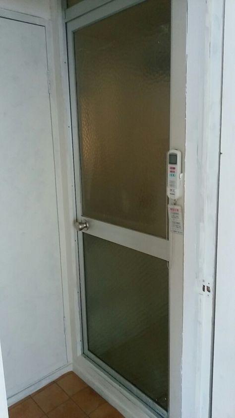 ダイソーのリメイクシートで お風呂のドアが大変身 画像あり