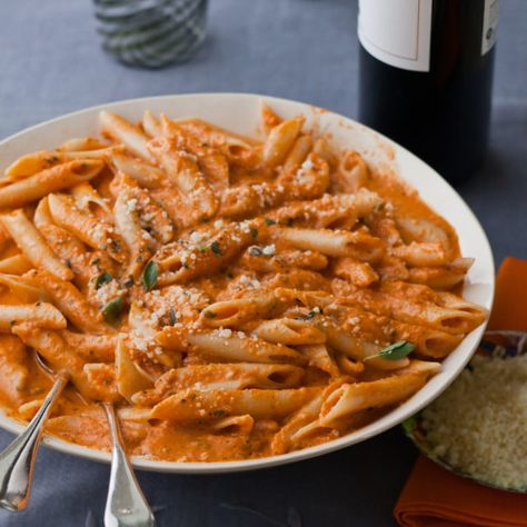 Ina Garten is the author of the Barefoot Contessa cookbooks and host of Barefoot Contessa on Food Network. Vodka Recipes, Wine Recipes, Pasta Recipes, Great Recipes, Cooking Recipes, Best Penne Alla Vodka Recipe, Barefoot Contessa, Pasta Alla Vodka, Food Network Recipes