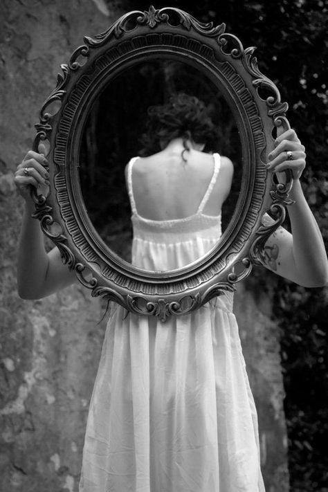 espelho na parede | reflexão | fotografia de arte | preto e branco |