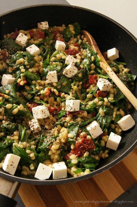 Składniki:  - 2/3 szklanki kaszy pęczak  - 200g świeżego szpinaku  - 2 ząbki czosnku  - 1/2 słoiczka suszonych pomidorów w oleju  - 1/2 łyże...
