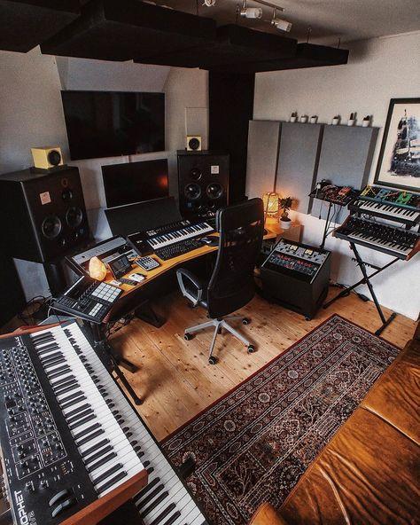 How to Transform a Spare Room into a Home Music Studio Home Recording Studio Setup, Home Studio Setup, Music Studio Room, Studio Desk, Basement Studio, Studio Room Design, Home Studio Musik, Home Music Rooms, Music Bedroom