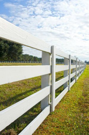 What S The Difference Wood Vs Vinyl Fence With Images