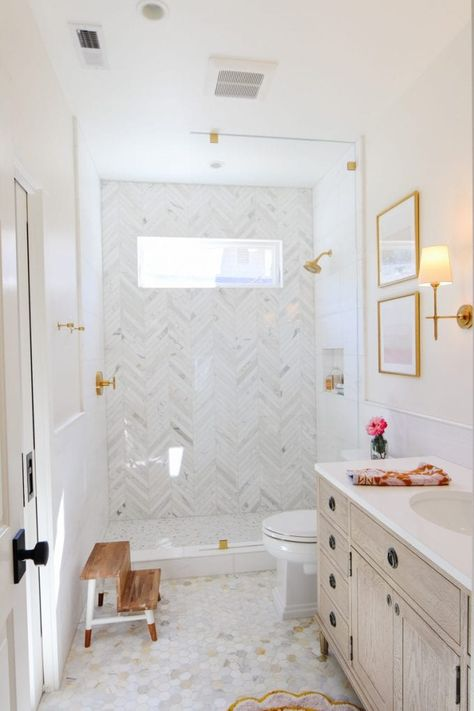 Modern Marble Bathroom, Modern Farmhouse Bathroom, Modern Small Bathrooms, Marble Bathrooms, White Bathroom, Upstairs Bathrooms, Master Bathroom, Tile On Bathroom Wall, Window In Bathroom