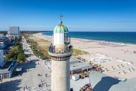 Der historische Leuchtturm von Rostock-Warnemünde.