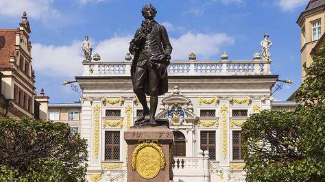 Vielseitiger Dichterfürst: Johann Wolfgang von Goethe-Als großen deutschen Dichter kennt ihn vermutlich jeder, doch der 1749 in Frankfurt geborene Johann Wolfgang von Goethe war weit mehr als das. Mit seinen Veröffentlichungen zu Themengebieten wie Naturwissenschaften, Kunst und Literatur zählt er zu den bekanntesten deutschen Universalgelehrten. Seine Schaffensphase endete erst mit seinem Tod im Jahr 1832.Unumstritten zählen die Werke von Goethe zu den wichtigsten deutschsprachigen…