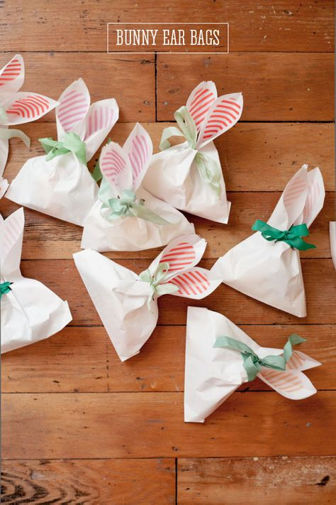 Serve up sweets in these DIY #Easter Bunny Ear Bags. Does it get any cuter than this?