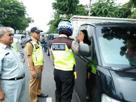 38 Petugas Gabungan Razia Pajak Kendaraan Di Rawamangun Kendaraan Polisi