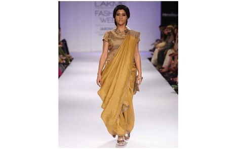 Konkona Sen Sharma looked Charismatic in the first look of designer Anavila Misra`s Lakme Fashion Week Winter/Festive 2014 Collection!