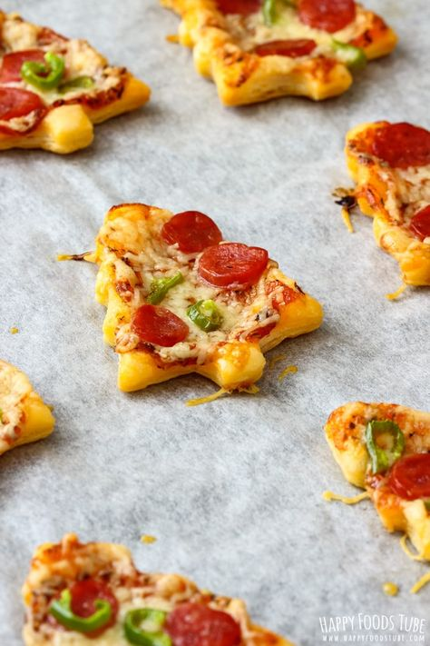 Mini Christmas Tree Pizzas - Happy Foods Tube Are you looking for Holiday appetizer ideas? Why not make these cute Mini Christmas Tree Pizzas! They only take 30 minutes to make and look so festive. Holiday Party Appetizers, Christmas Party Food, Xmas Food, Christmas Brunch, Christmas Cooking, Christmas Pizza, Mini Appetizers, Christmas Holiday, Christmas Foods