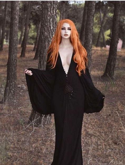 Top Gothic Fashion Tips To Keep You In Style. As trends change, and you age, be willing to alter your style so that you can always look your best. Consistently using good gothic fashion sense can help Goth Beauty, Dark Beauty, Hot Goth Girls, Gothic Models, Goth Women, Beltane, Dark Gothic, Beautiful Redhead, Beautiful Witch