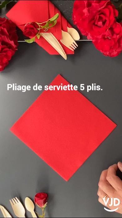 Tuto de pliage de serviette. #tuto #pliage #serviette #rouge #fete #table #diy