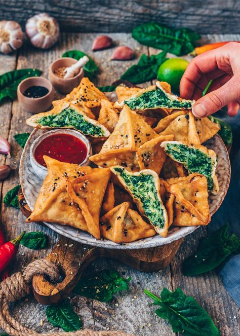 Vegetarian · Makes WontonsThese crispy Spinach Artichoke Wontons make for the perfect snack, appetizer, or lunch! They're made with Homemade Wonton Wrappers and filled with a creamy & cheesy Spinach Artichoke Dip! Wontons, Vegan Foods, Vegan Dishes, Vegan Apps, Vegan Lunches, Vegan Appetizers, Appetizer Recipes, Dinner Recipes, Vegetarian Recipes
