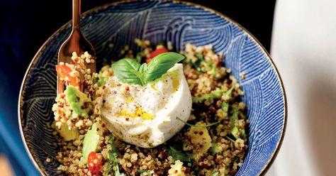 Healthy et gourmande à la fois, cette salade de quinoa réunit tout ce qu'on aime. Elle est facile à préparer et sera un lunch parfait pour le boulot.