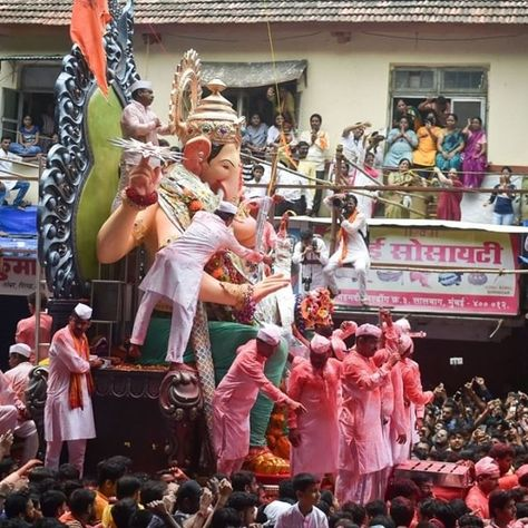 #InPhotos: #GaneshVisarjan Celebrations Across #India .  Devotees carry the #Ganesha idol of #LalbaugchaRaja for immersion which marks the end of #Ganesh Utsav celebrations in #Mumbai on Thursday12 September 2019. (Photo: #PTI) . Are you following us on #Twitter & #Instagram? #spiceofi . #CrownTheBrown #India #IndianWeddings #IndianLifestyle #Bollywood #IndianCulture #IndianCuisine #Wanderlust #LGBT #IndianDiaspora #news that matters to #SouthAfrica visit www.indianspice.co.za