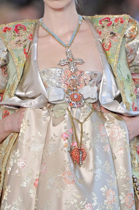 love the jewelry Christian Lacroix Fall 2008 Haute-Couture Runway Details Style Haute Couture, Couture Details, Fashion Details, Fashion Design, Couture Week, Christian Lacroix, Runway Fashion, High Fashion, Winter Fashion