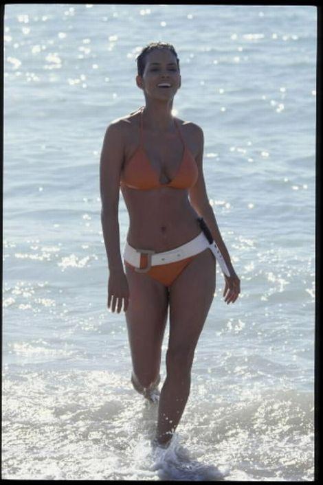 De beroemde scene van Ursula Andress in de James Bond film Dr No werd in 2002 met succes overgedaan door Halle Berry. In plaats van een witte, droeg Halle een oranje bikini met brede riem in Die Another Day.
