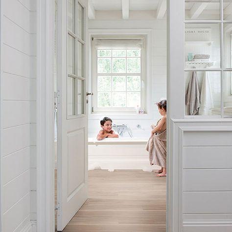 Suelo de vinilo en imitación a madera, ideal para el baño para soportar la humedad