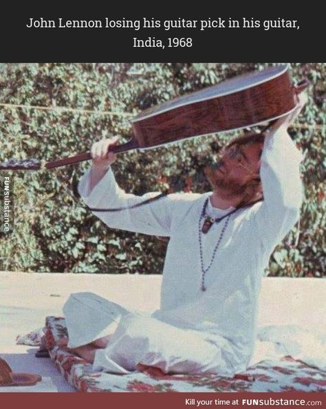 John Lennon attempting to retrieve his guitar pick while in India, 1968 Beatles Funny, Les Beatles, Les Paul Custom, Fender Stratocaster, Gibson Les Paul, Music Guitar, Playing Guitar, Ukulele, John Lennon