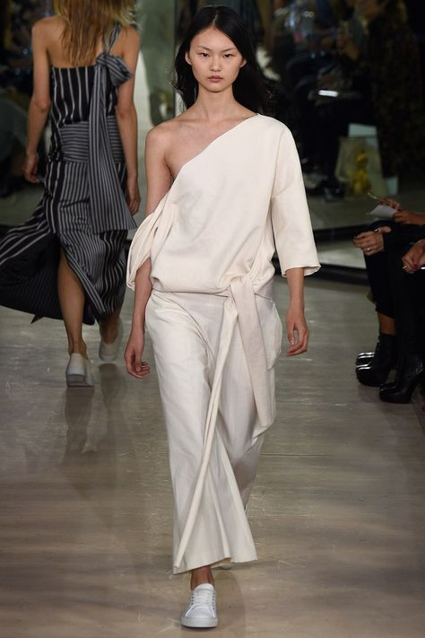 Joseph Spring 2016 Ready-to-Wear collection, runway looks, beauty, models, and reviews.