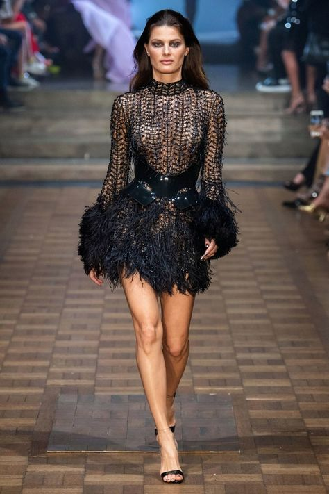 Julien Macdonald Spring 2020 Ready-to-Wear Collection - VogueYou can find Julien macdonald and more on our website.Julien Macdonald Spring 2020 Ready-to-Wear Collection - Vogue Julien Macdonald, Couture Fashion, Runway Fashion, Fashion Models, Fashion Glamour, Look Fashion, High Fashion, Fashion Design, Fashion Black