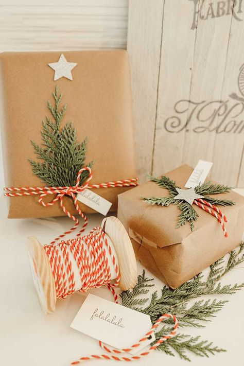 Simple gift wrapping - Natural Holiday Gift Wrap with Greenery – Simple gift wrapping Christmas Gift Wrapping, Diy Christmas Gifts, Holiday Gifts, Christmas Crafts, Christmas Tree, Scandinavian Christmas Decorations, Christmas Tables, Nordic Christmas, Red Gifts