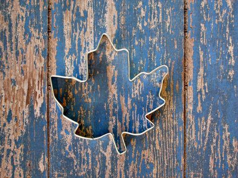 A maple leaf cookie cutter from MoosesCreations via Etsy. #fallweddingfavors #cookiecutters