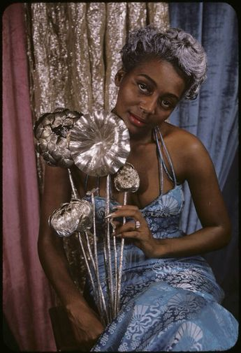 Zelda Wynn Valdes Was The First Black Female Fashion Designer To Own Her Own Boutique Her Famous Figure Hugging Silhou Black Beauties Beauty Blonde Bombshell